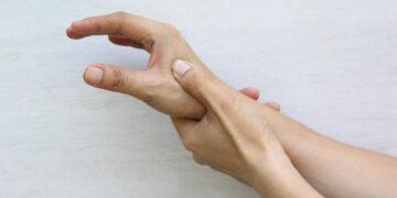 Bolesny kciuk matki – metody rehabilitacji zespołu de Quervaina